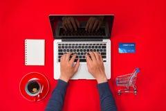 Equipaggi il lavoro allo scrittorio e l'acquisto dei prodotti online, concetto online di acquisto Immagini Stock Libere da Diritti