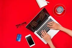 Equipaggi il lavoro allo scrittorio e l'acquisto dei prodotti online, concetto online di acquisto Fotografie Stock Libere da Diritti