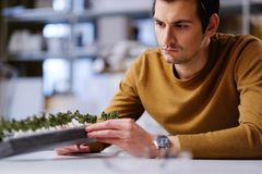 Equipaggi il lavoro con il maquette nella progettazione e l'organizzazione dell'architettura Immagini Stock