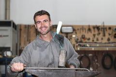 Equipaggi il lavoro con un martello con lo spazio della copia Fotografia Stock