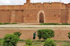 Equipaggi il lavoro nei giardini del EL Badi Palace, Marrakesh, Marocco Fotografie Stock
