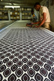 Equipaggi il lavoro nell'industria tessile dell'indaco di stampa di blocco Fotografia Stock Libera da Diritti