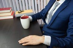 Equipaggi il lavoro in ufficio, computer e caffè Fotografia Stock