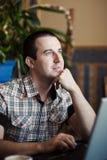 Equipaggi il lavoro in un caffè su un computer portatile Fotografia Stock Libera da Diritti