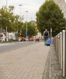 Equipaggi il miglio pedonale di camminata dell'ultimo di viaggio della valigia turistica della via immagini stock libere da diritti