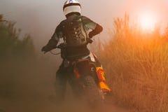 Equipaggi il motociclo di enduro di sport di guida sulla pista di sporcizia immagini stock