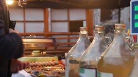 Equipaggi il pagamento dei soldi al venditore e la presa della coltelleria, mangiante fuori al fest dell'alimento della via archivi video