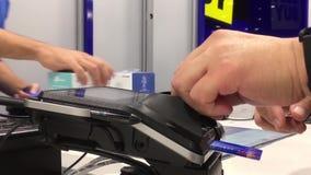 Equipaggi il pagamento della carta di credito per comprare la spina astuta di wifi stock footage