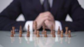 Equipaggi il pegno commovente nel gioco di scacchi, facente partecipare gli elettori nella strategia politica ingiusta stock footage