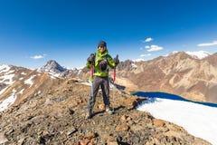Equipaggi il picco diritto della cresta della neve della montagna dell'alpinista di viaggiatore con zaino e sacco a pelo, Bolivia Fotografia Stock Libera da Diritti
