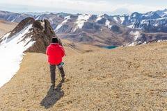 Equipaggi il picco diritto della cresta della neve della montagna dell'alpinista di viaggiatore con zaino e sacco a pelo, Bolivia Immagini Stock Libere da Diritti