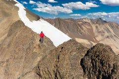 Equipaggi il picco diritto della cresta della neve della montagna dell'alpinista di viaggiatore con zaino e sacco a pelo, Bolivia Fotografie Stock