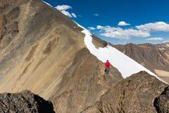 Equipaggi il picco diritto della cresta della neve della montagna dell'alpinista di viaggiatore con zaino e sacco a pelo, Bolivia Fotografia Stock