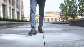 Equipaggi il piede con le scarpe di cuoio ed i jeans marroni, movimento lento archivi video