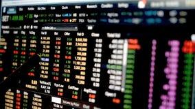 Equipaggi il punto di penna di uso al grafico di dati del grafico finanziario del mercato azionario, dati del mercato azionario s video d archivio