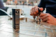 Equipaggi il riempimento una sigaretta o del vaporizzatore elettronica di e-liquido Immagine Stock Libera da Diritti