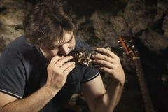 Equipaggi il rilassamento nella regione selvaggia ed il cibo del pesce cercato fotografie stock libere da diritti