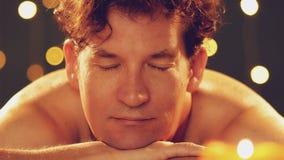 Equipaggi il rilassamento ricevendo il massaggio della spalla nella stazione termale dell'hotel stock footage