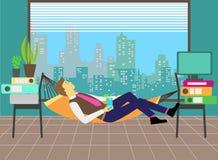 Equipaggi il rilassamento in un'amaca nell'ufficio Fotografie Stock Libere da Diritti