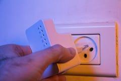Equipaggi il ripetitore di WiFi dell'inserzione nell'incavo elettrico sulla parete fotografie stock libere da diritti