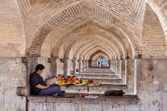 Equipaggi il riposo ai sedili di pietra sotto il ponte di Khaju, Ispahan, Iran Fotografie Stock
