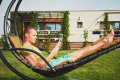 Equipaggi il riposo nel giardino della casa Immagine Stock Libera da Diritti