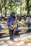 Equipaggi il sassofono dei giochi nel Central Park a New York Fotografie Stock