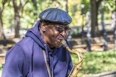Equipaggi il sassofono dei giochi nel Central Park a New York Fotografia Stock Libera da Diritti