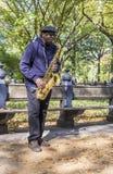 Equipaggi il sassofono dei giochi nel Central Park a New York Immagini Stock