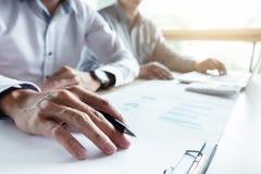 Equipaggi il segno una polizza d'assicurazione domestica sui prestiti immobiliari, agente tiene il prestito Fotografia Stock