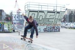 Equipaggi il skateboarding nell'azione nel parco del pattino. Fotografia Stock
