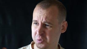 Equipaggi il sudore delle ascelle molto male bagnate, un uomo che tiene il suo naso a causa di cattivo odore 4K video d archivio