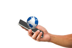 Equipaggi il telefono cellulare della tenuta della mano del ` s con il globo su fondo bianco Immagine Stock