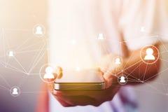 Equipaggi il telefono cellulare della tenuta della mano con il punto della mappa, raggiro della rete sociale Immagini Stock