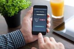 Equipaggi il telefono della tenuta con il app online sullo schermo Immagine Stock Libera da Diritti