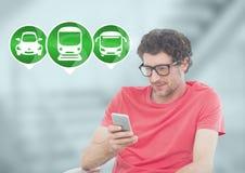 Equipaggi il telefono della tenuta con le icone del trasporto nella stazione Immagine Stock