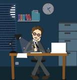 Equipaggi il termine a tarda notte di lavoro in scrittorio di seduta di ore straordinarie scure sole dell'ufficio con la lampada Fotografia Stock Libera da Diritti