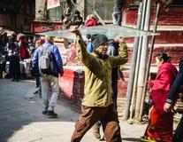 Equipaggi il trasporto dello strato di vetro sulla sua testa, a Kathmandu, il Nepal Immagine Stock Libera da Diritti