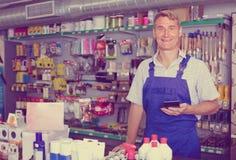 Equipaggi il venditore allo scrittorio di paga nel deposito degli elettrodomestici Immagini Stock