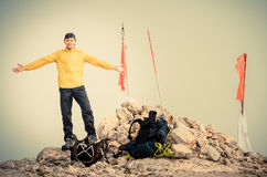 Equipaggi il viaggiatore con le mani sollevate su alpinismo di viaggio della sommità della montagna Immagine Stock Libera da Diritti