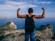 Equipaggi il viaggiatore con lo zaino che sta con il suo indietro Fotografia Stock Libera da Diritti