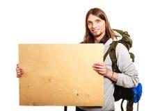 Equipaggi il viaggiatore con zaino e sacco a pelo della viandante con l'annuncio di legno in bianco dello spazio della copia Fotografia Stock