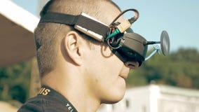 Equipaggi il volo di sorveglianza del fuco di FPV facendo uso dei vetri di VR video d archivio