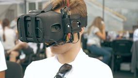 Equipaggi il volo di sorveglianza del fuco di FPV facendo uso dei vetri di VR archivi video