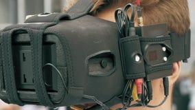 Equipaggi il volo di sorveglianza del fuco di FPV facendo uso dei vetri di VR stock footage