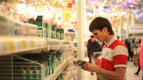 Equipaggi l'acquisto nel supermercato, scelga una lampadina stock footage