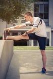 Equipaggi l'allungamento della gamba nel parco e la preparazione per l'allenamento Immagini Stock Libere da Diritti