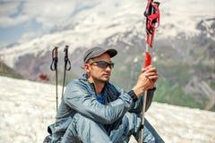 Equipaggi l'alpinista che si siede sul pendio di collina del supporto Cheget Fotografia Stock