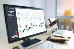 equipaggi l'analisi dei dati di affari e finanze e accou finanziari di affari fotografia stock libera da diritti
