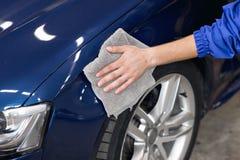 Equipaggi l'automobile di pulizia di lucidatura con il panno del microfiber, dettagliante o valeting il concetto Fotografia Stock